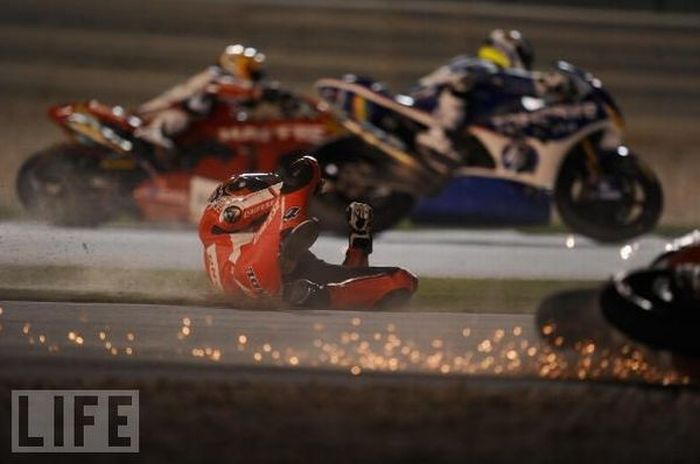 Ужасные падения на мотогонках (24 фото)