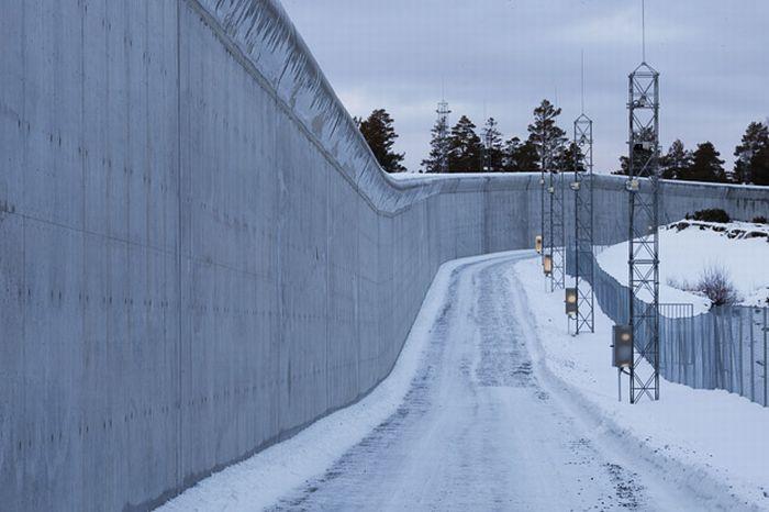 Где будет сидеть норвежский террорист (12 фото)