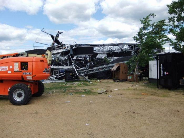 Обрушение конструкции на фестивале (15 фото)