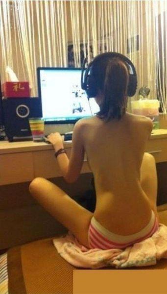 Девушки-геймеры топлесс (10 фото)