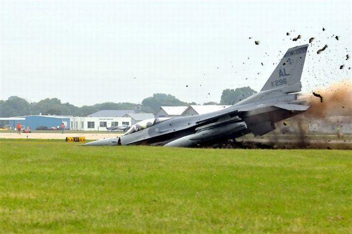 Экстремальная посадка самолета F-16 (24 фото)