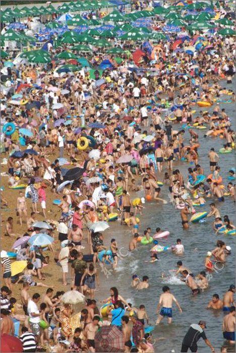 Тысячи человек на пляже Китая (16 фото)