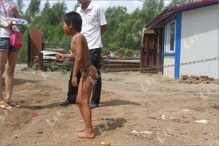 В Китае ребенка приковали к цепи (8 фото)