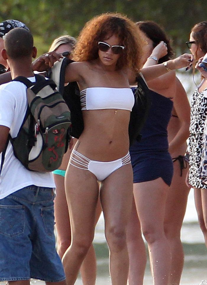 Риана на пляже в бикини