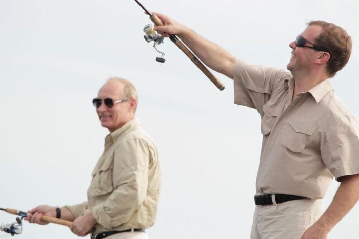 Путин и Медведев на рыбалке (10 фото)