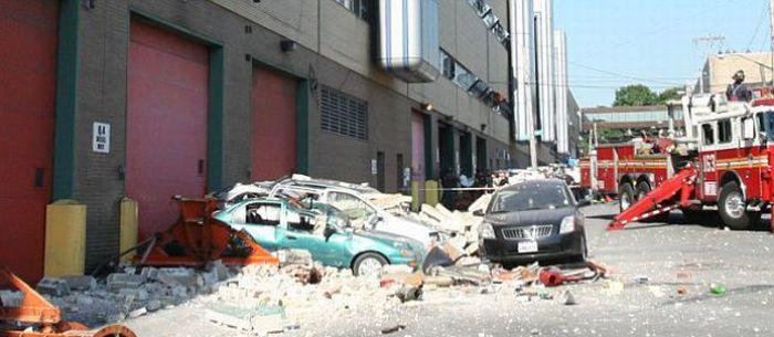 Грузовик пробил стену в Нью-Йорке (4 фото)