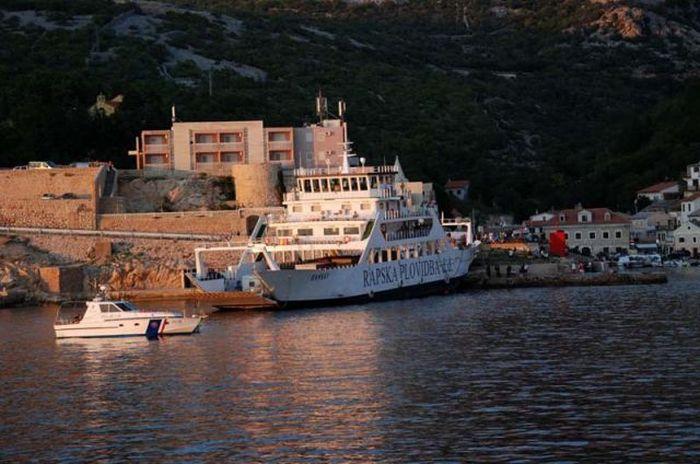 Паром протаранил пристань в Хорватии (16 фото)
