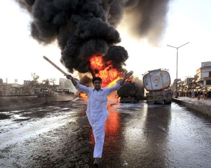 Взрыв цистерн с топливом в Пакистане (29 фото)