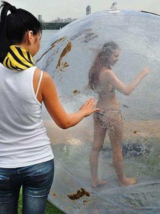Девушка в водном зорбе (34 фото + видео)