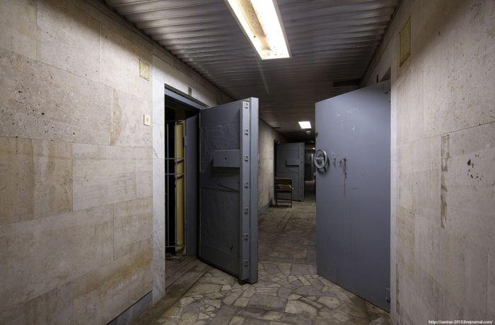 Заброшенный банк (26 фото)