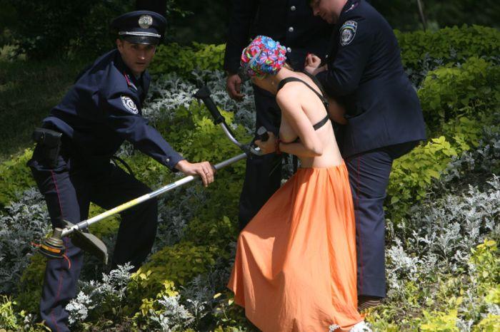 Девушки из FEMEN выкосили клумбу (17 фото + видео)