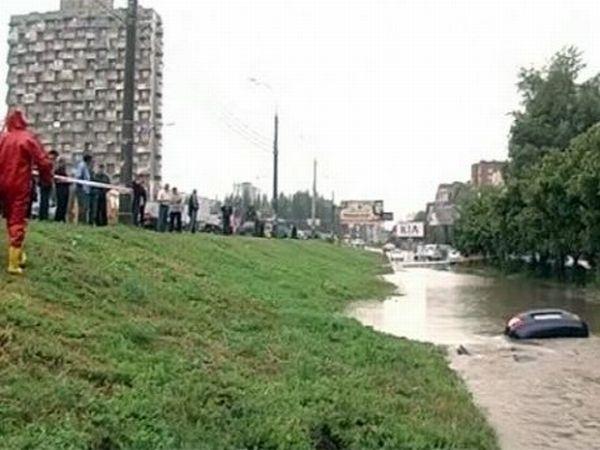 Автомобиль ушел под воду в Самаре (7 фото)