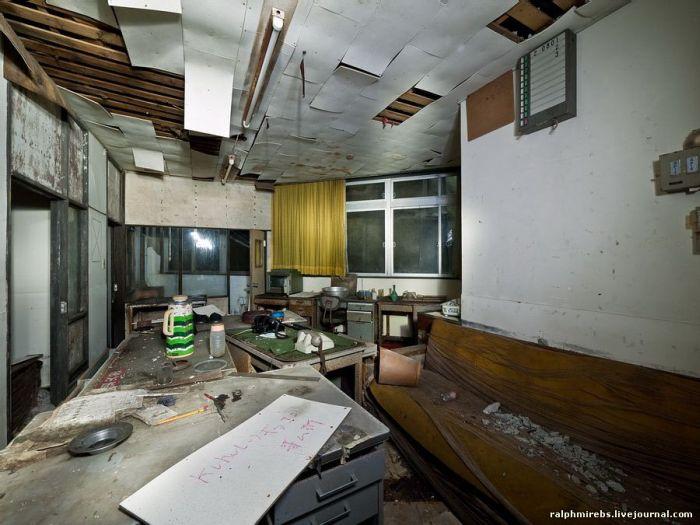 Заброшенный японский отель (37 фото)