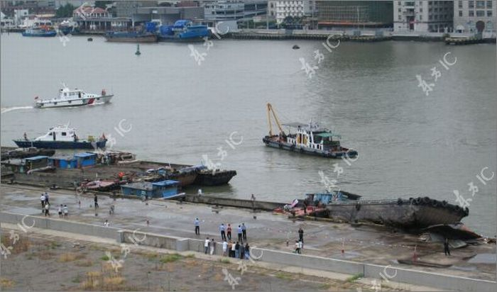 Корабль столкнулся с баржей в Китае (22 фото)