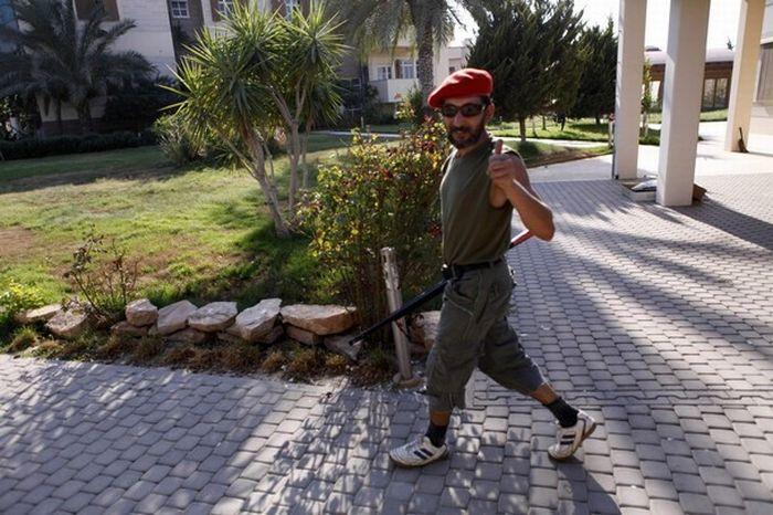 Повстанцы в домах родственников Каддафи (15 фото)