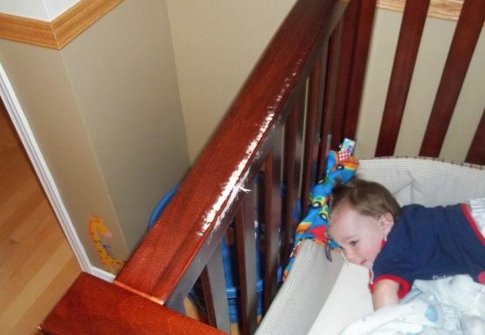 Ребенок пытается сбежать (4 фото)