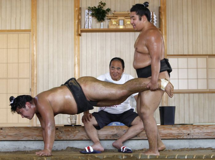 Тренировка сумоистов у Фукусимы (24 фото)