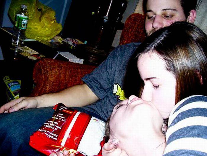 Фотобомбы с целующимися девушками (59 фото)
