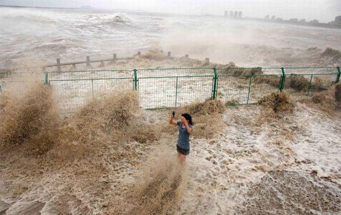 Бушующие волны на реке Цяньтан (28 фото)