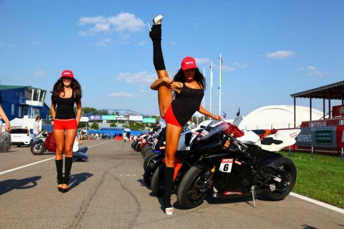Девушки и мотоциклы (84 фото)