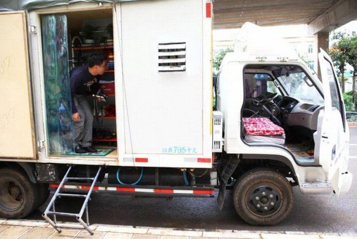 Дом на колесах из грузовика (9 фото)