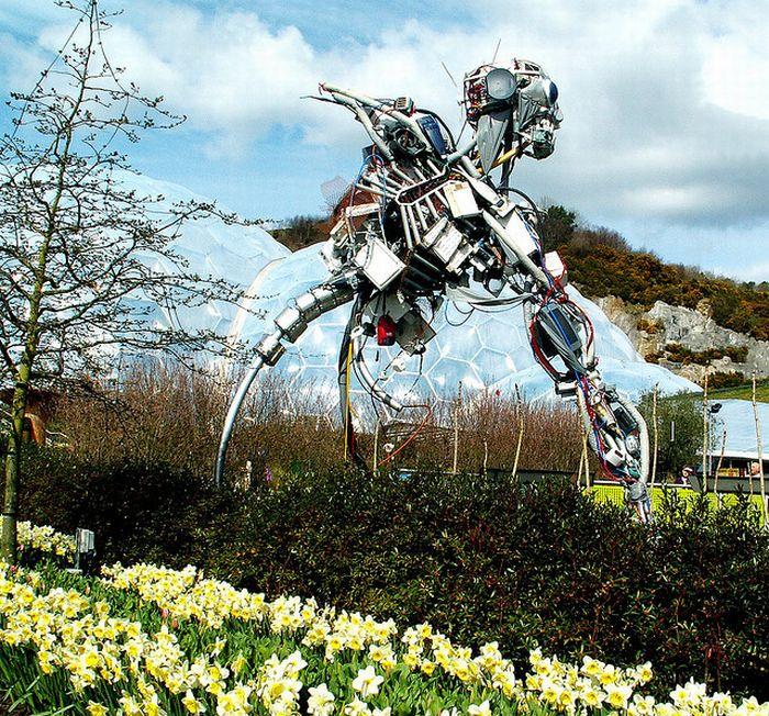Огромная скульптура из мусора в Великобритании (14 фото)