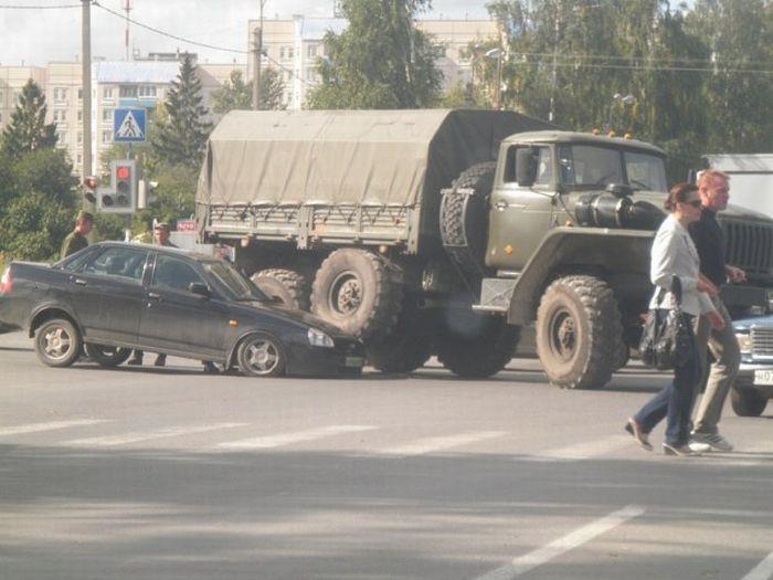 """Урал"" раздавил легковой автомобиль (5 фото)"