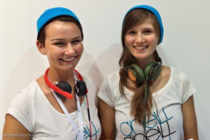 Девушки с выставки IFA (30 фото)