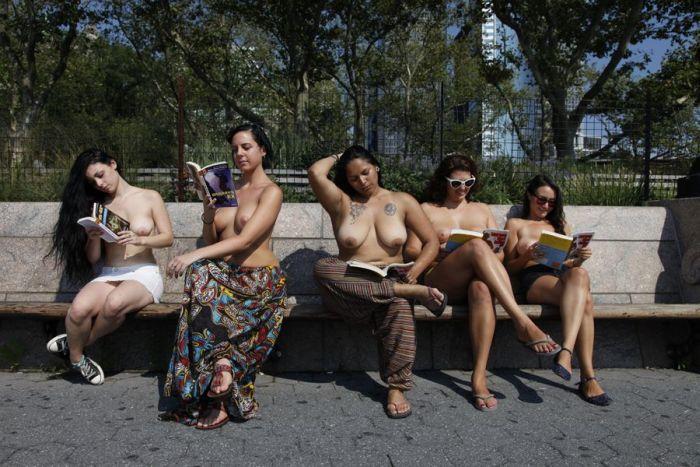 Читайте книги обнаженными! (28 фото)