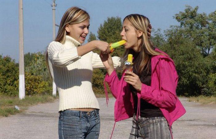 Девушки кушают мороженое (49 фото)