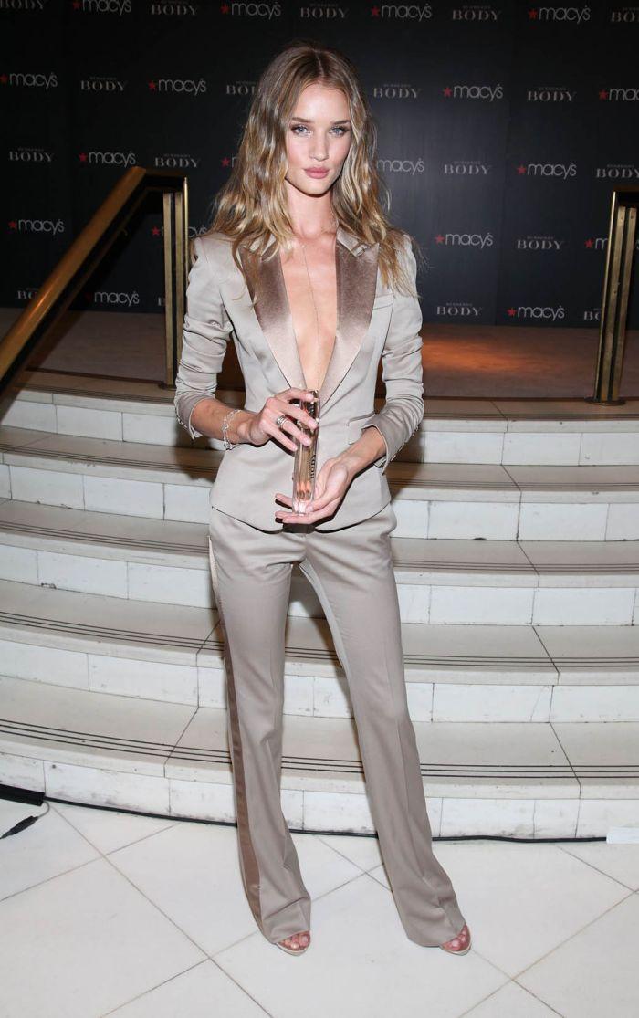 Роузи Хантингтон-Уайтли в очень откровенном наряде (10 Фото) .