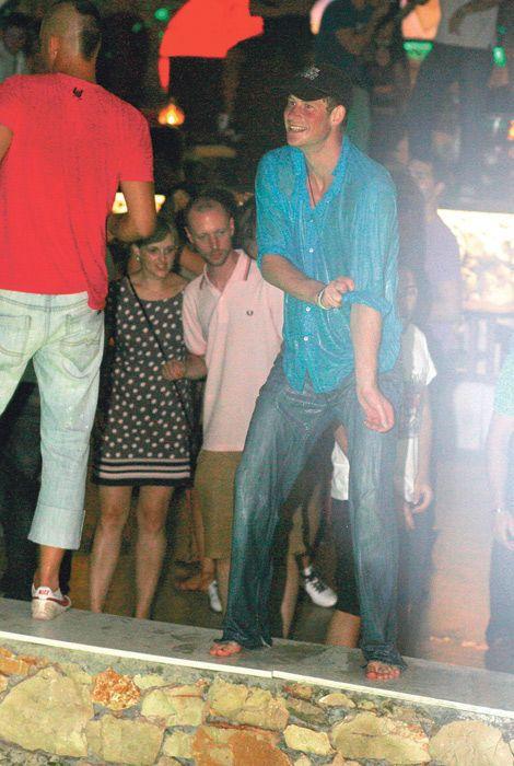 Принц Гарри отличился на вечеринке (13 фото + видео)