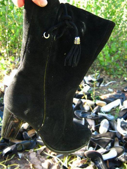 Выброшенная обувь (18 фото)