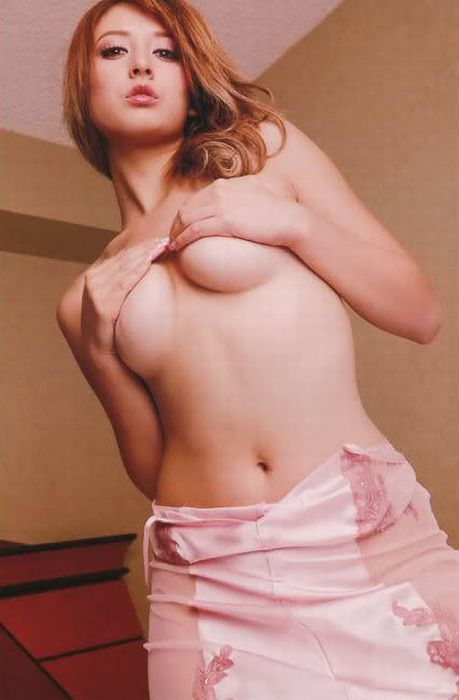 Девушки, прикрывающие грудь (94 фото)