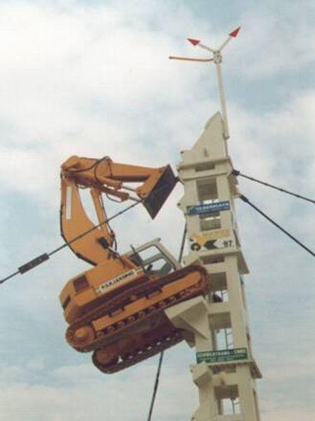 Экскаватор залез на башню (4 фото)