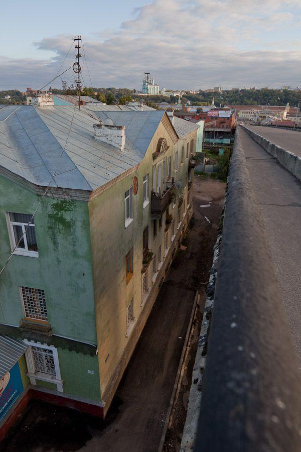 Жизнь рядом с транспортной эстакадой (3 фото)