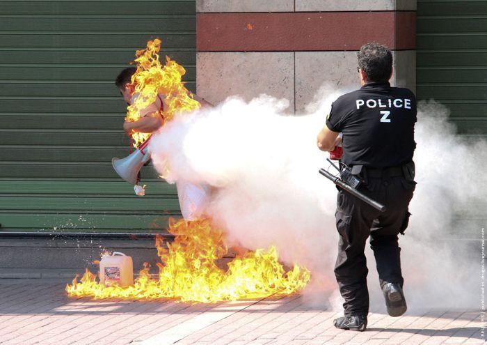 В Греции мужчина чуть не сгорел заживо (4 фото)