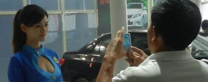 Зачем мужчины ходят на автовыставки? (3 фото)
