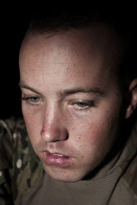 Лица солдат, просматривающих сообщения в соц. сетях (14 фото)