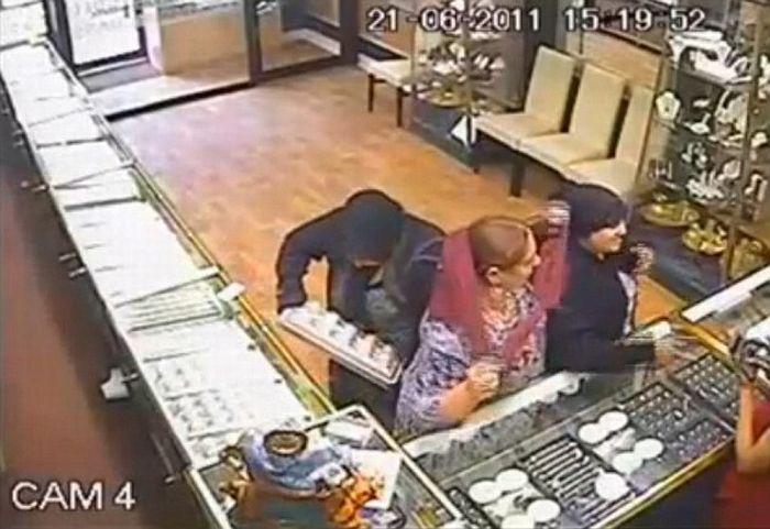 Ограбление ювелирного магазина в Румынии (3 фото + видео)