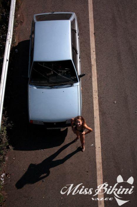 Девушка в бикини и автомобиль ВАЗ (36 фото)