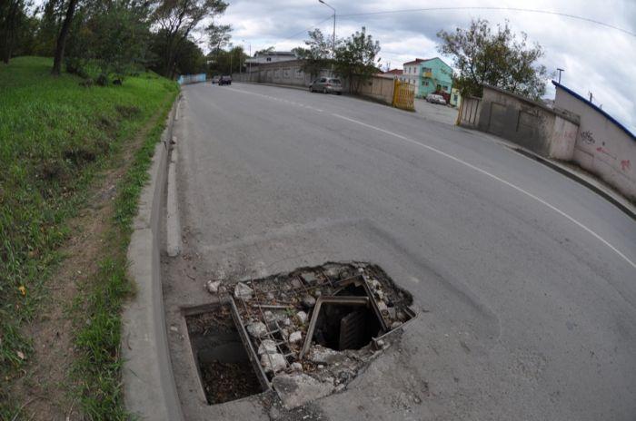 Украденные люки на дорогах Владивостока (44 фото)