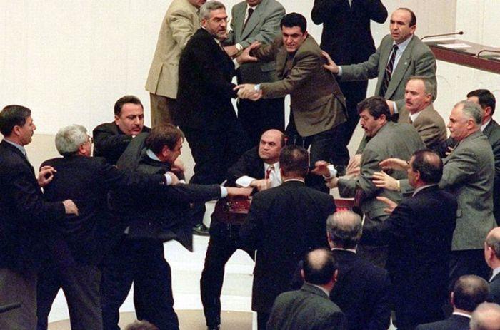 Драки между политиками и бизнесменами (10 фото)