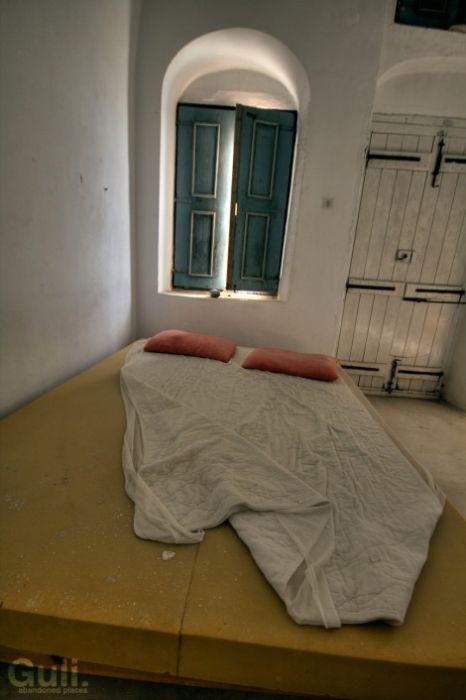 Покинутый отель в Греции (25 фото)