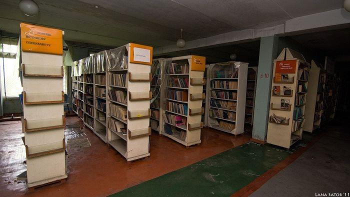 Заброшенная библиотека (41 фото)