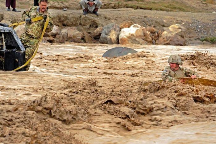 Военная переправа через реку (8 фото)