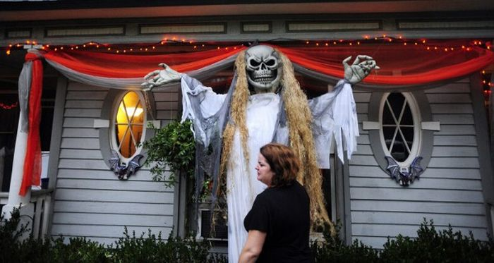 Идеи для Хэллоуина    - Страница 3 The_best_front_yard_decorations_for_halloween_22