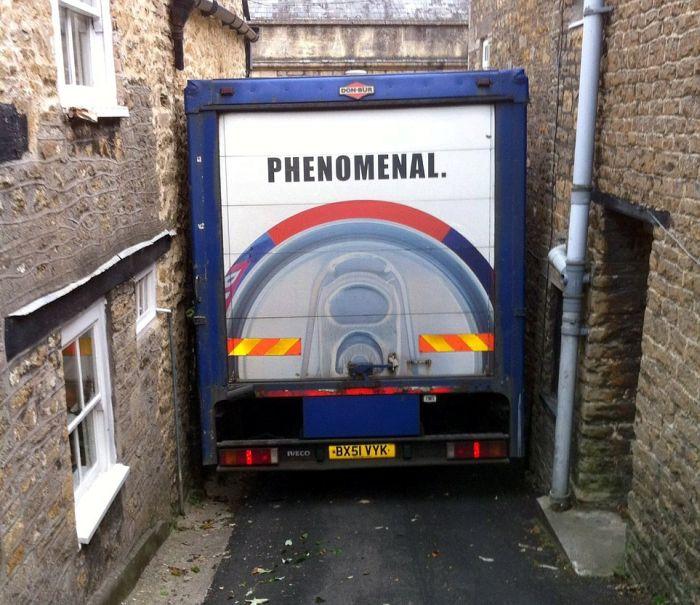 Водитель грузовика немного не рассчитал (6 фото)