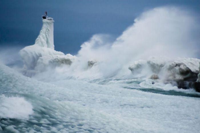 Маяки и волны (43 фото)