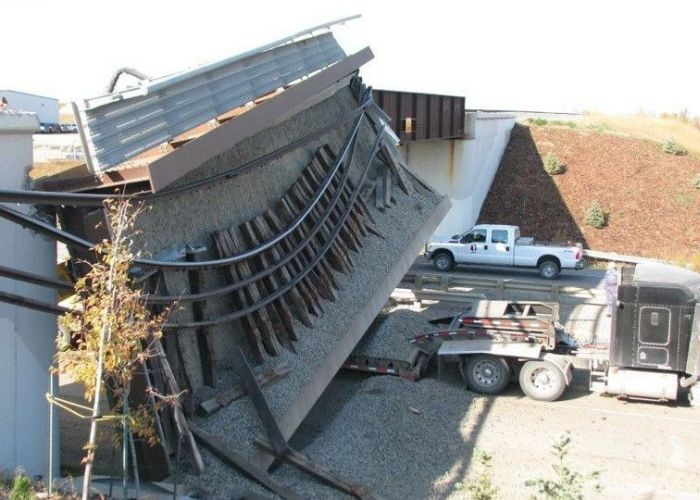Экскаватор против моста (5 фото)